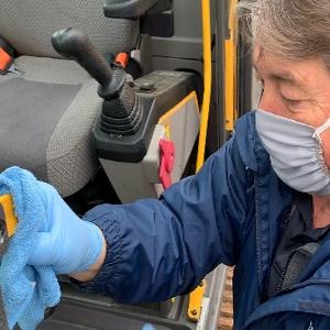 pulire e disinfettare la cabina delle macchine operatrici